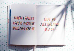 doelen stellen. Een schrift met als voorbeeld tekst: Wish for it Hope for it Dream for it But by all means do it